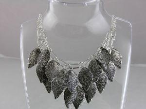 Kovový masivní náhrdelník z listů