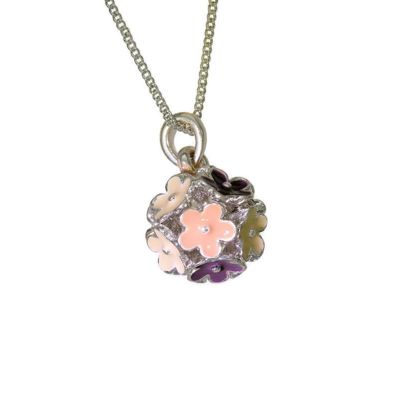 Růžový náhrdelník seskládaný z kytiček 2