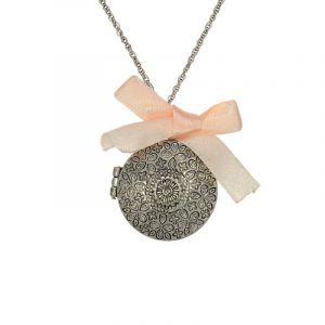 Kovový amuletek s mašličkou
