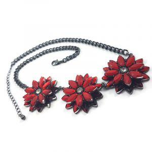 Náhrdelník se třemi červenými květy