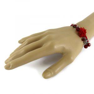 Náramek s červenými přívěsky a kytičkou