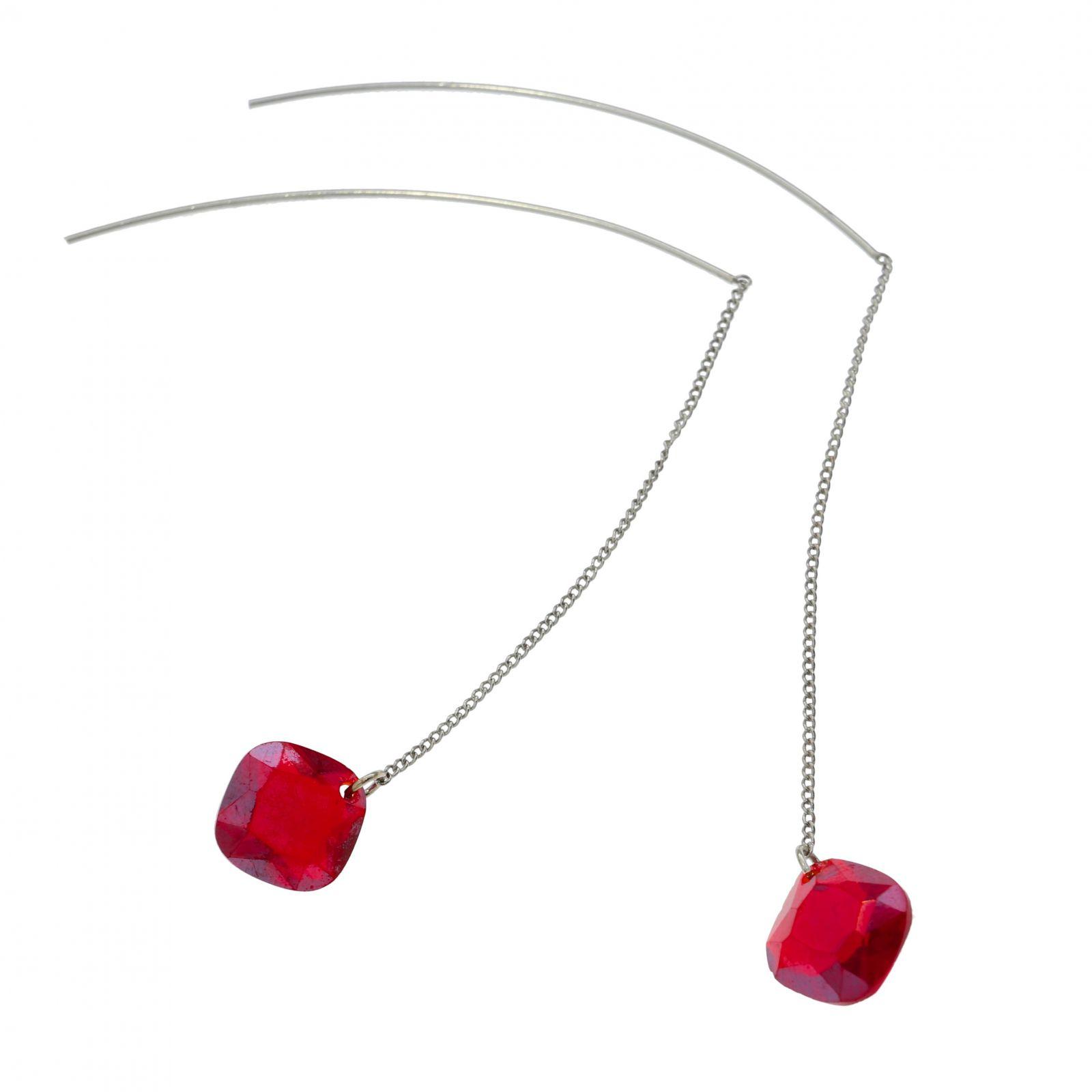 Stříbrné visací náušnice s rudým kamenem připomínající český granát