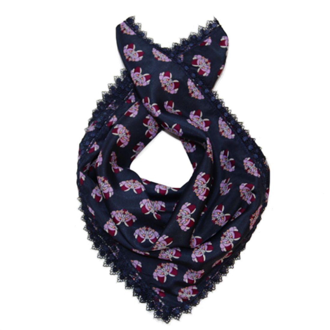 Modrý šátek s fialkovým vzorem