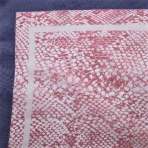 Šátek s růžovým hadím vzorem 1
