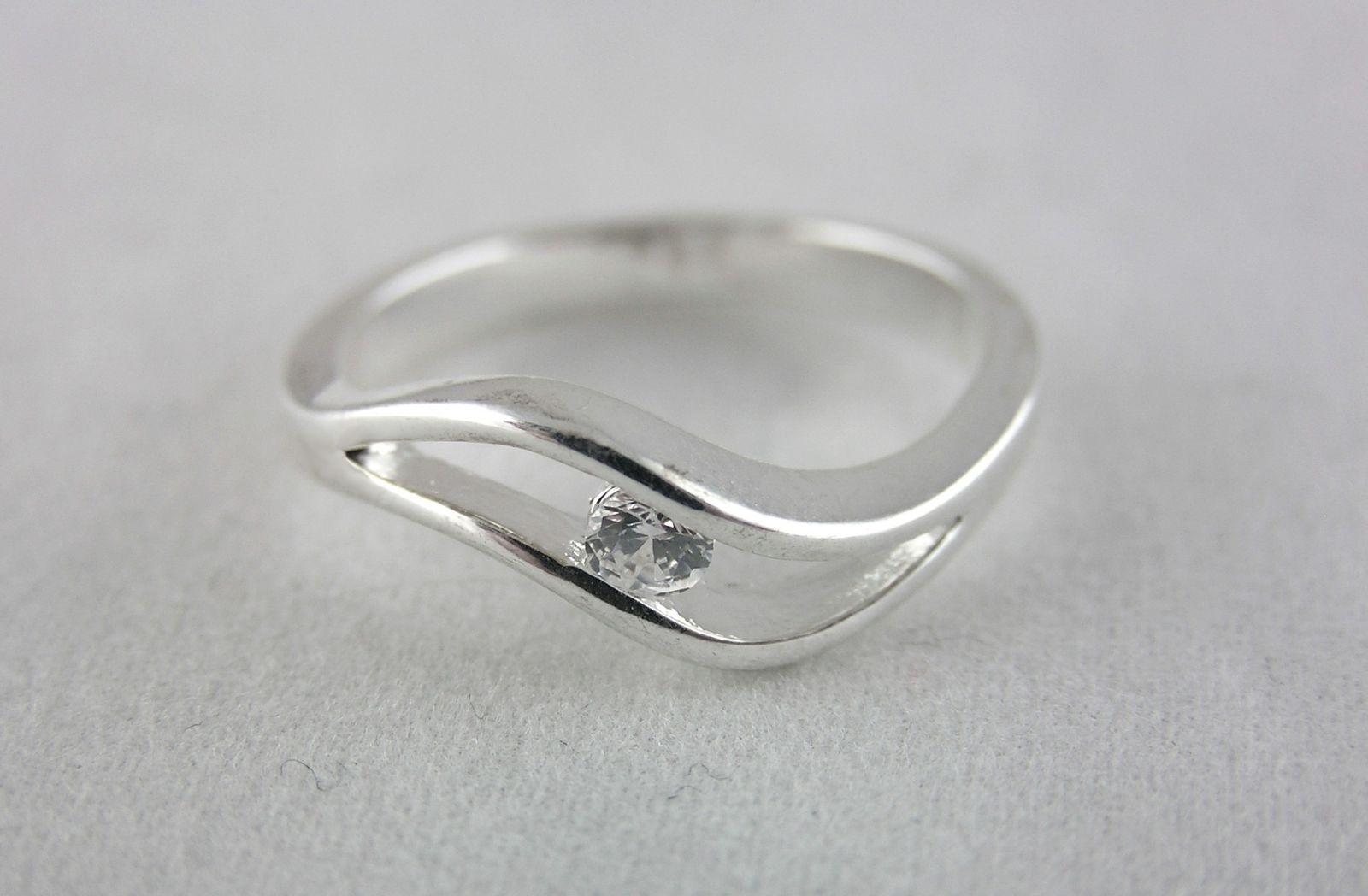 Decentní prstýnek se zirkonovým kamínkem