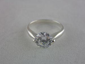 Jemný prstýnek s krásným kamínkem