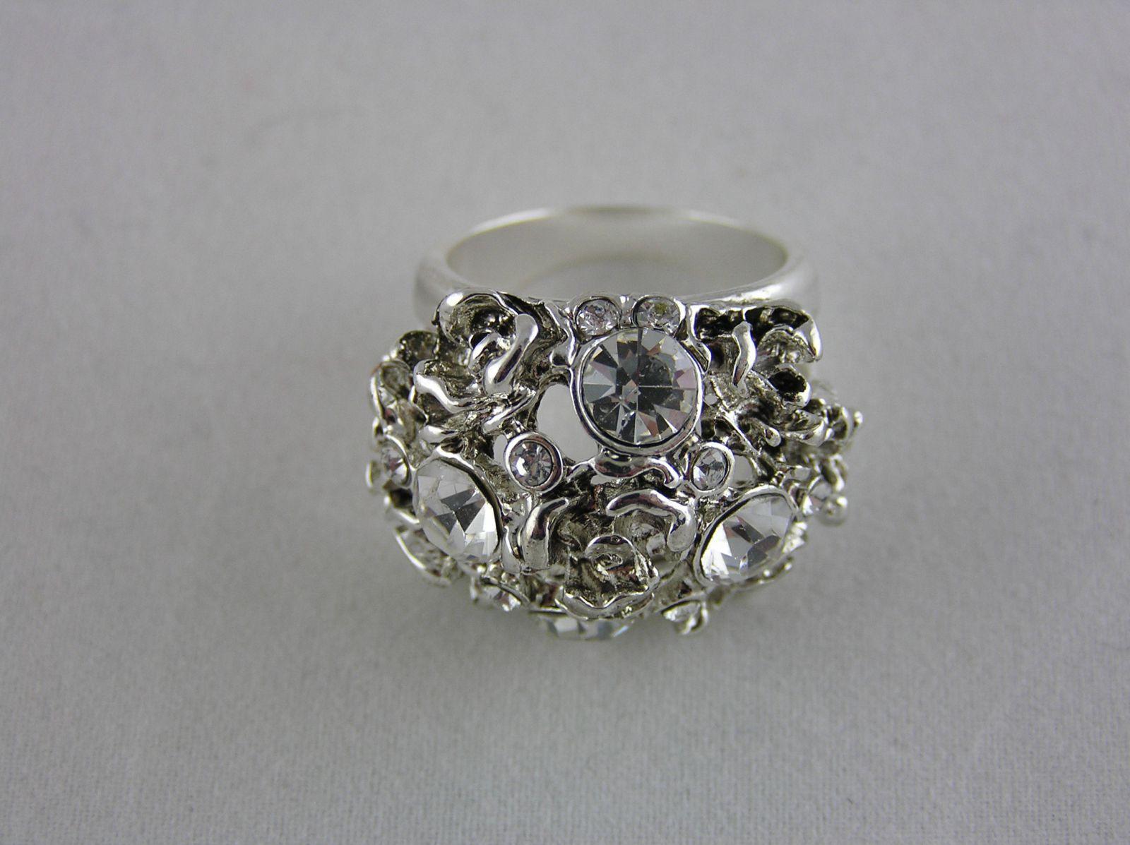 Masivní květinový prstýnek s kamínky