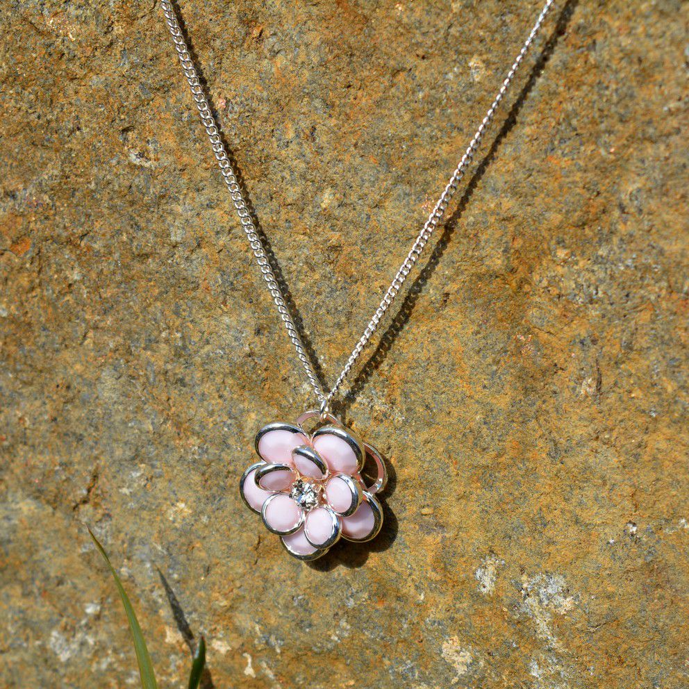 Růžový náhrdelník s kytičkou