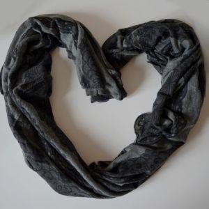 Úpletový černý šátek
