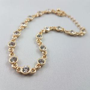 Zlatý náramek s malými čirými kamínky