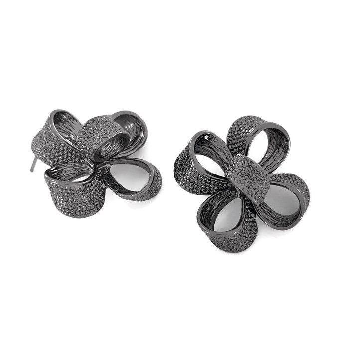Černé peckové náušnice mašle do tvaru kytky GIIL