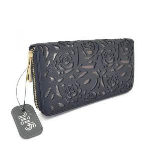 Peněženka černé barvy s vyřezanými motivy růží