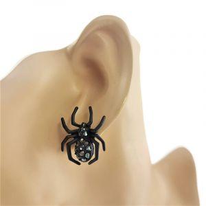 Černý pavouk s kamínky